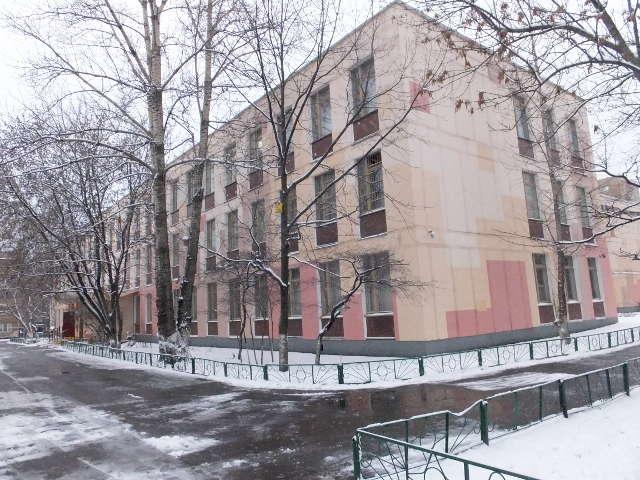 Первый снег украсил школу на ноябрьских каникулах.