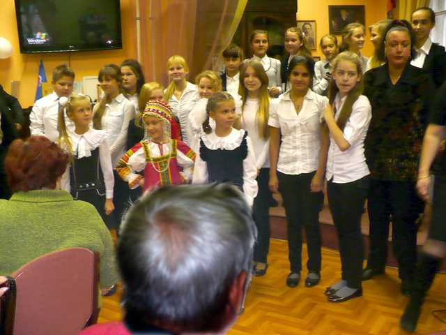 Участники концерта поздравляют собравшихся с Днем пожилого человека