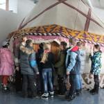 Ребята осматривают жилище народов Сибири и Дальнего Востока в парке-музее Этномир