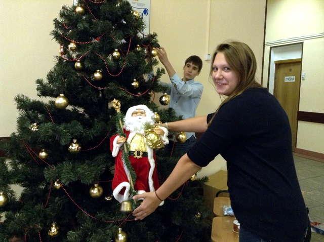 Активисты ДШО Радуга украшают новогоднюю елку