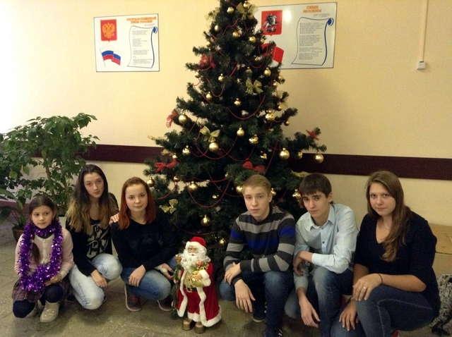 Фото на память с Дедом морозом у новогодней елки