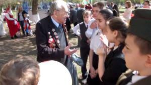 На празднике Мы - наследники Победы ребята беседуют с ветераном 307-го ..гвардейского минометного полка Виктором Сергеевичем Вороновым