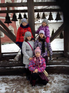 Участницы экскурсии возле звонницы монастыря