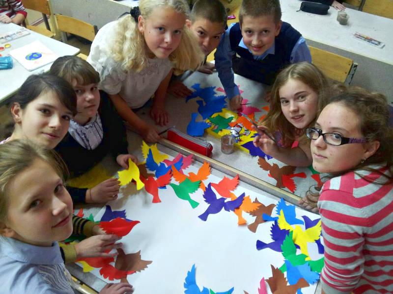 Участники акции Голубь мира учащиеся 7 класса АЗ