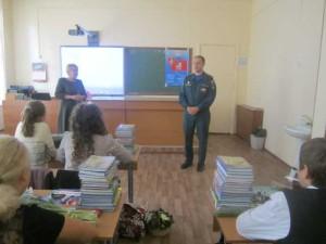 Инспектор МЧС Гусев проводит беседу с учениками