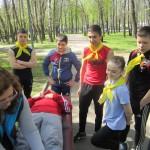 Ребят инструктируют как оказывать первую помощь