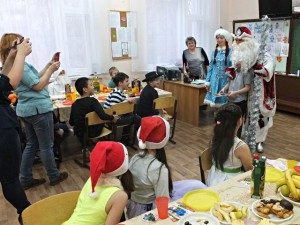Дед Мороз и Снегурочка поздравляют четвероклассников