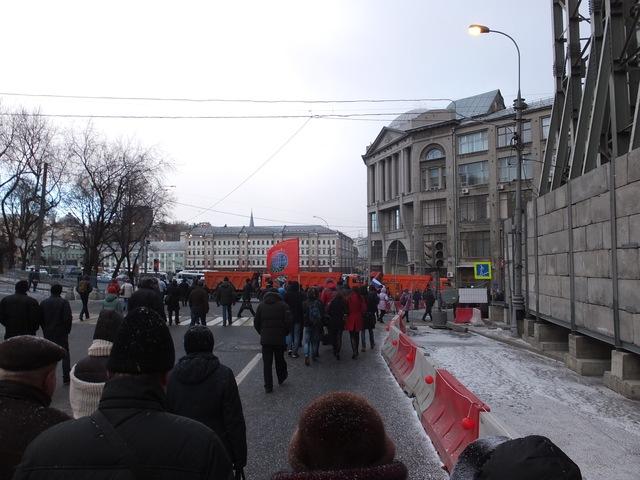 Множество людей с флагами